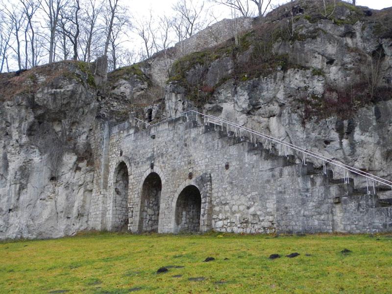 Der Aufgang an der Felsenflanke der Burgruine Scharzfels