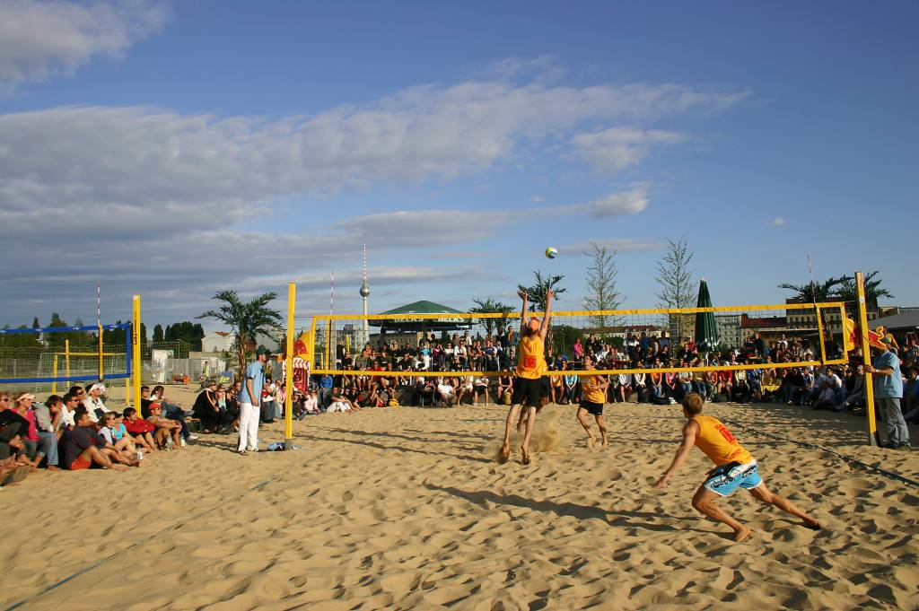 Volleyball-Spaß in BeachMitte in Berlin